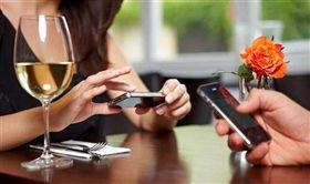 夫妻,手機,看手機,情侶 圖/翻攝自騰訊科技