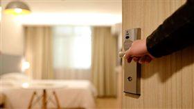 ▲陳男入住房間的房門遭光頭男持刀狂砍。(圖/翻攝自Max Pixel) https://www.maxpixel.net/Entrance-Door-New-Guest-Room-Hotel-Welcome-1330850
