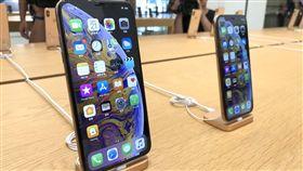iPhone  XS雙機比一比蘋果新手機iPhone XS系列21日開賣,Apple Store台北101直營店展示6.5吋iPhone XS Max(左)、5.8吋iPhone XS。中央社記者吳家豪攝  107年9月21日