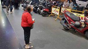 台北,西門町,行乞,母子,乞討(圖/翻攝畫面)