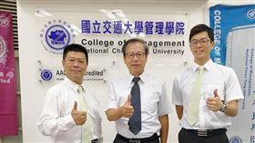 交大EMBA執行長鍾惠民(中)與第20屆學員馬友樂(左)、林浚豪(右),