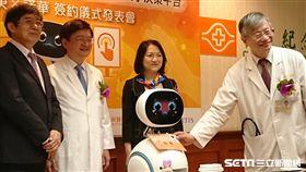 機器人「小布」現身長庚醫院皮膚科率先為乾癬病患服務。(圖/長庚醫院提供)