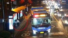 女子等公車,遭變態猥褻。(圖/翻攝自梨視頻)