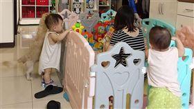 媽媽,兒童圍欄,偷吃,孩子,柵欄,/翻攝自爆怨公社