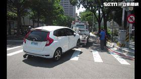 車遭拖吊衰被撞釀2傷 還有車損2萬元