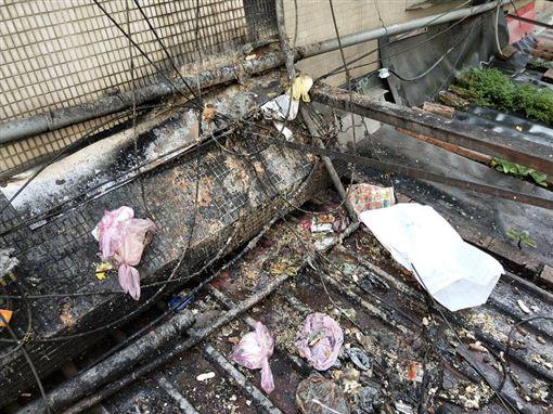 女網友表示樓上鄰居亂丟廚餘,導致住處環境髒亂。(圖/翻攝自爆料公社)