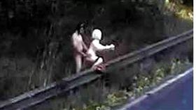 英國男子裸身在公路旁,與充氣娃娃性交。(圖/翻攝自太陽報)
