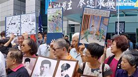 政治受難者團體不滿國民黨踢館促轉會,反衝藍中央黨部抗議(圖/記者李英婷攝)