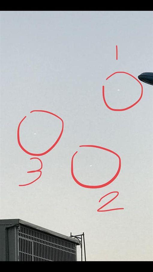 UFO盤旋?一名男子日前到花蓮遊玩時,驚見天空有3個白色光點,正當他拍完照後,白色光點就瞬間消失。疑似UFO的照片曝光後,掀起熱議,甚至還有網友表示,「宜蘭、基隆也有看到!」(圖/翻攝自花蓮人臉書)