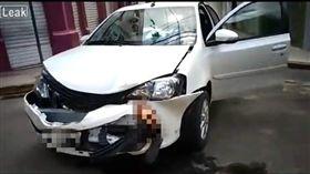 巴西伊塔布納發生一起嚴重車禍,一名男騎士日前行經十字入口時,慘被一名女駕駛撞上,他的小腿當場斷掉,且卡在對方車上的保險桿。目前雙方已被送往醫院治療,至於詳細的肇事責任、事發原因還有待警方釐清。(圖/翻攝自LiveLeak)