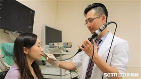 醫師黃純惟(右)提醒,鼻咽癌有3個典型症狀,包含鼻涕中有血絲、單側耳朵悶塞感,以及頸部腫塊。(圖/亞大醫院提供)