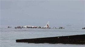 巴布亞紐幾內亞國營航空「紐幾內亞航空」(Air Niugini)驚傳墜海!一架編號PX073波音737-800客機在當地時間28日早上9時30分(約台灣時間早上7時30分)失事,所幸機上47人全都平安獲救。(圖/翻攝自推特)