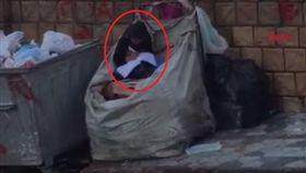 土耳其伊斯坦堡街頭有一名難民女童庫瑪(Halime Cuma),她因家中經濟不好,無法到學校讀書,只能坐在回收垃圾袋內自行學習,對她來說,「去學校讀書」是一種奢望。當地政府得知後,決定幫助庫瑪入學,並替她支付學費讓她圓夢。(圖/翻攝自《Demirören Haber Ajansı》YouTube)