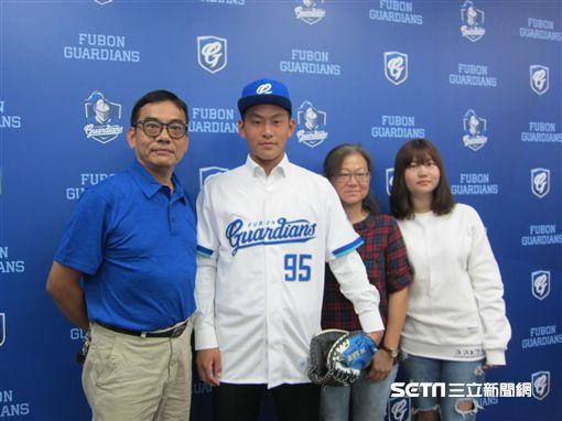 ▲戴培峰與家人出席富邦新人記者會。(圖/記者蕭保祥攝影)