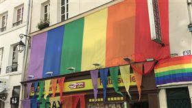 法國恐同現象續增 與意識提高及選舉有關法國5年前承認同性婚姻,社會上針對同性戀和跨性別族群的侮辱、攻擊現象卻未明顯改善,恐同通報數量持續增加。圖為對同性戀族群友好的巴黎市區商家。中央社記者曾依璇巴黎攝 107年5月15日