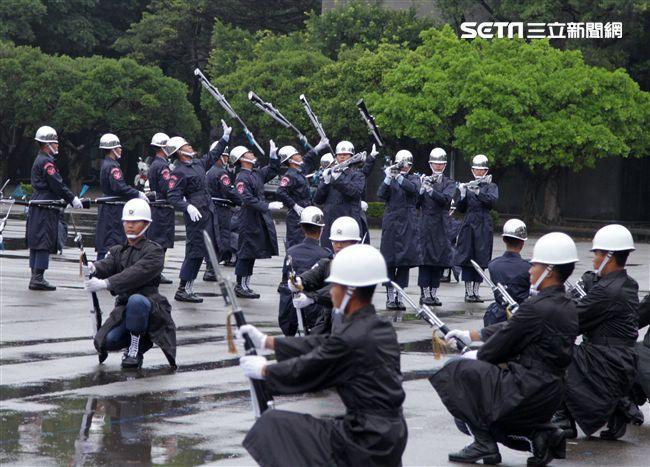 三軍儀隊穿著雨衣冒著雨為107年國慶大會預演,以幸福共好為主題操演高難度各種變換隊形。(記者邱榮吉/攝影)