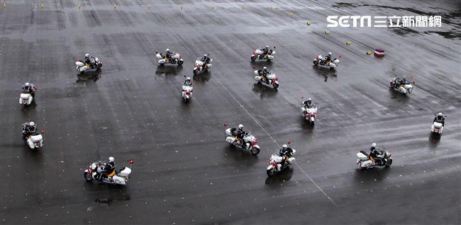 憲兵快速反應連操演重機8項動態隊型花式操演。(記者邱榮吉/攝影)