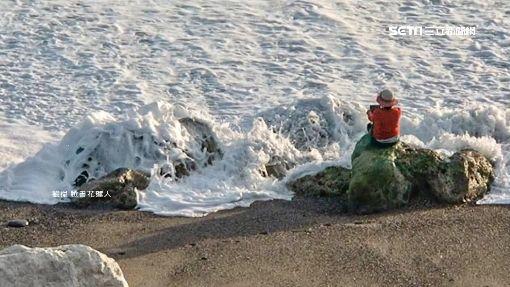 網美變「亡美」? 七星潭掀巨浪 女坐岸邊猛拍照