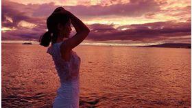李毓芬夏威夷突曬「透視白紗」照有如新娘般。(圖/翻攝自李毓芬Instagram)