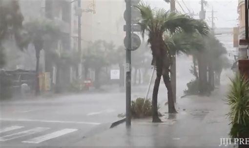 今年編號第24號「潭美」颱風今(29)日侵襲日本,首當其衝的沖繩災情嚴重,整條馬路變成「水陸」,黃澄澄的泥水在馬路上四處流竄。目前沖繩縣內超過19萬戶停電、380航班取消。(圖/翻攝自推特@jiji_images)