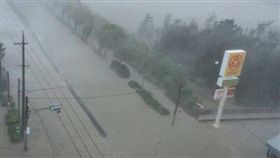 今年編號第24號「潭美」颱風今(29)日侵襲日本,首當其衝的沖繩災情嚴重,整條馬路變成「水陸」,黃澄澄的泥水在馬路上四處流竄。目前沖繩縣內超過19萬戶停電、380航班取消。(圖/翻攝自推特@KBC_LIVE098)