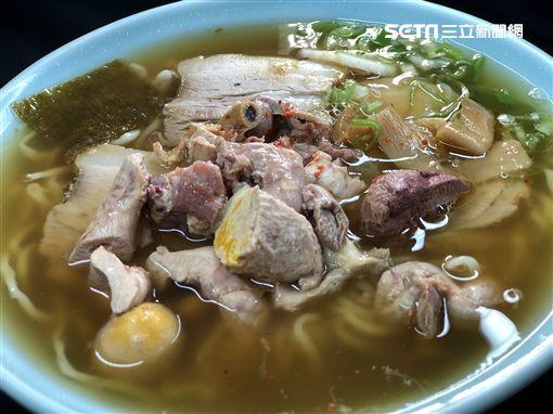 ▲小鐘、鮪魚、熊熊,首次品嘗新庄限定美食「雞雜拉麵」。(圖/愛玩客提供)