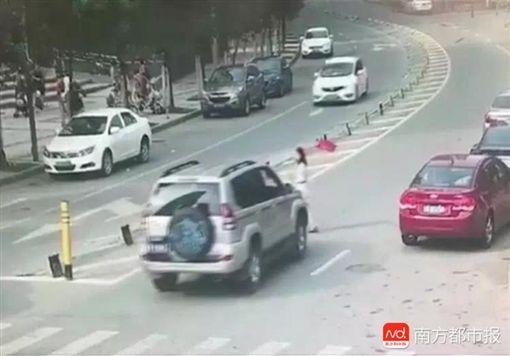 女子穿越馬路遭撞死 圖/翻攝自南方都市報