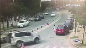 深圳女漫步過馬路 下一秒遭慢速輾斃(圖/翻攝自秒拍)