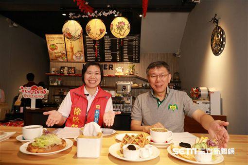 柯文哲陪同徐欣瑩新竹城隍廟上香祈福、市場拜票,柯爸爸柯媽媽一起 競選辦公室提供