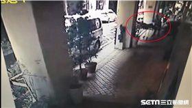警方在旅館發現喝酒又吞安眠藥自殺的黃女後,隨即通報救護車前來將她送醫急救(翻攝畫面)