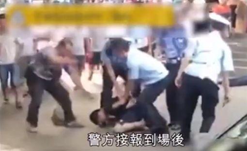 陸男吐痰遭男子持刀捅了7刀/梨視頻