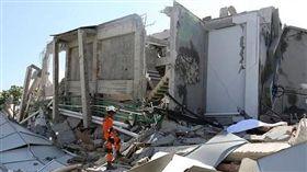救援人員巡視巴路市(Palu)Roa Roa飯店的損壞情況。(圖/翻攝自每日郵報)