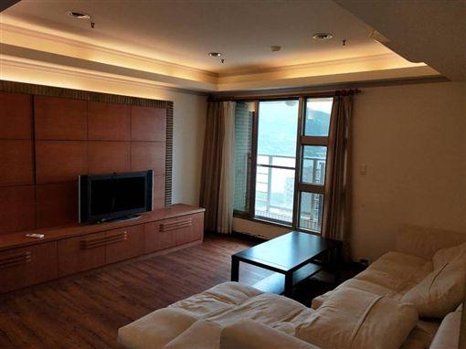 無敵海景附全套家具,房東月租1萬7千5,空了5個月都沒人租。(圖/翻攝淡水萬事交流團臉書)