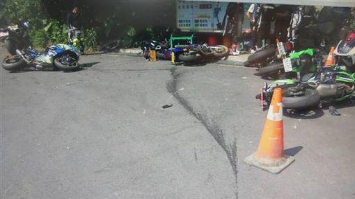 李男所騎乘大型重機,疑似過彎不慎,在北宜公路財茂彎滑倒。翻攝畫面