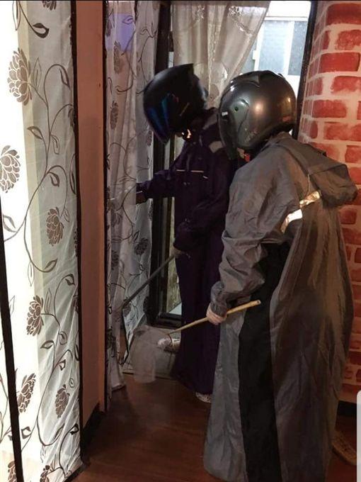 女勇士全副武裝殺「會飛的蟑螂」,網驚:以為要去參加鹽水蜂炮。(圖/翻攝爆廢公社二館)