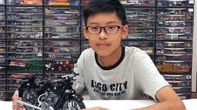 鄭宇亮展示他設計的樂高作品,BMW R60/2復古摩托車。(圖/翻攝自LEGO ideas官方網站。)