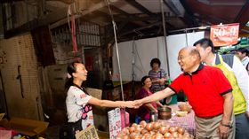 蘇貞昌汐止市場掃街,蘇辦提供。