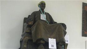 台北市大學生惡搞蔣公銅像 圖/臺北市立大學學生轉型正義推動小組提供
