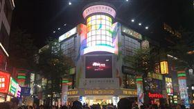 台中花博前進西門町六號廣場 石虎家族躍上巨型電視牆驚艷遊客/中市府提供