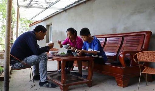兒子罹病需要新鮮空氣,父花百萬買下無人島移居。(圖/翻攝自梨視頻)