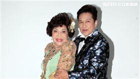 阿姑周遊、李朝永慶祝結婚40周年,(2)日兩人再度現身拍婚紗,也秀出16.9克拉的紅寶石婚戒。(記者邱榮吉/攝影)