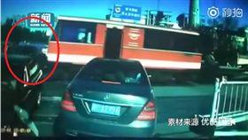 轎車停在平交道被火車撞,駕駛下車飆罵:為何不煞車?會不會開車啊?(圖/翻攝燃視頻)