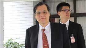 陳明通回應民眾領取中國居住證問題面對媒體提問是否主張限縮領取中國居住證的台灣人民公民權,陸委會主委陳明通(前)21日表示,研議中,在新制度產生、擬定之前,溝通對話是最重要的。中央社記者謝佳璋攝  107年9月21日