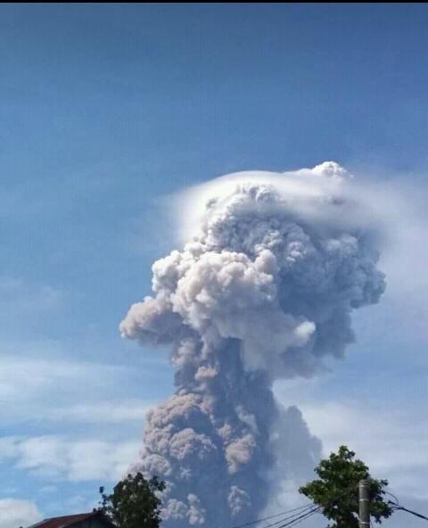 印尼蘇拉威西島上的索普坦火山(Mount Soputan)爆發。(圖/翻攝自推特)