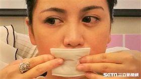 醫師黃毓惠提醒,唇部卸妝別過度摩擦,以免傷害唇部皮膚。(示意圖/記者楊晴雯攝)