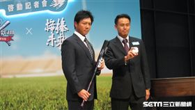 ▲林威助與蕭一傑(右)出席台日野球留學支援記者會。(圖/記者蕭保祥攝影)