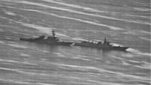 美國海軍驅逐艦「狄卡特號」周日(30日)開進南海海域南薰礁、赤瓜礁12海里內,結果遭中國飛彈驅逐艦攔截,當時雙方衝突畫面曝光,兩鑑最近的距離只有41公尺,相當驚險!(圖/翻攝自《gCaptain》)