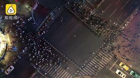 上海,闖紅燈,警察,拉鍊式,人牆(圖/翻攝自梨視頻)