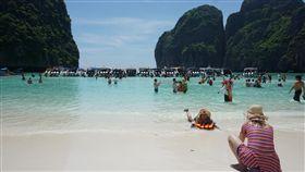 泰國馬雅灣將封閉4個月 休養生息著名的泰國馬雅灣,由於大量遊客湧入,造成環境生態衝擊,泰國政府決定關閉4個月,禁止遊客登島。中央社記者劉得倉甲米省攝  107年5月16日