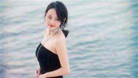 張嘉倪受邀出席杜拜中國電影周/二胎產後首度現身。(翻攝微博)